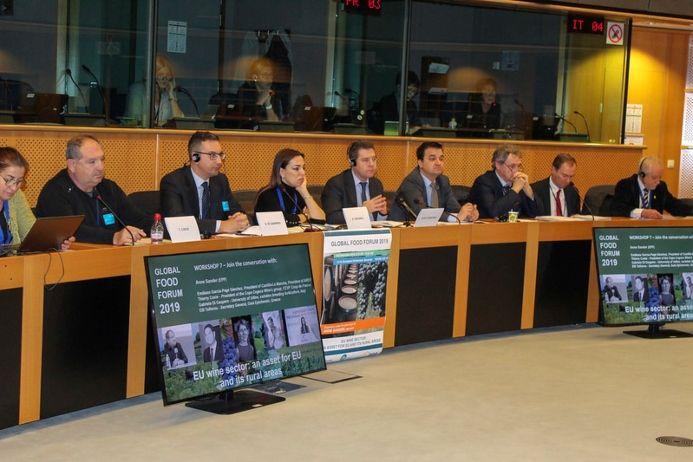 García-Page reivindica que se mantengan las cantidades y los fondos de la PAC así como ayudas específicas para el olivar de bajo rendimiento
