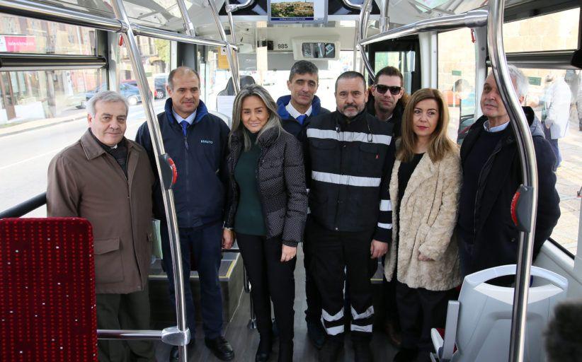 Tolón presenta tres nuevos autobuses urbanos con mejores prestaciones para el viajero y menos contaminantes
