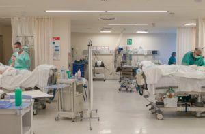 El Gobierno de Castilla-La Mancha, a través de la Dirección General de Salud Pública, ha confirmado 242 nuevos casos positivos por infección de coronavirus en las últimas 24 horas. Significan 151 menos que el día anterior. El número total de contagiados es 13.698 casos. Por provincias, Ciudad Real acumula 5.267 casos, Albacete 3.450 casos, Toledo 3.020, Guadalajara 1.077 y Cuenca 884 casos. Por otra parte, el número de hospitalizados es 2.067, la misma cifra que el día 26 de marzo y 1.163 casos menos que el 1 de abril, fecha en la que se alcanzó el mayor número de hospitalizados con 3.230 personas. Por provincias Ciudad Real cuenta con 680, Toledo con 575, Albacete con 517, Guadalajara con 177 y Cuenca con 118. Por hospitales, en el Complejo Hospitalario de Albacete hay 395, en el Hospital de Almansa 29, en el Hospital de Tomelloso 81, en el Hospital de Manzanares 35, en el Hospital de Guadalajara 177, el Hospital de Ciudad Real 226, en el Hospital Nacional de Parapléjicos 2, en el Hospital Mancha Centro 229, en el Hospital de Villarrobledo 61, en el Hospital de Talavera de la Reina 119, en el Hospital de Cuenca 118, en el Hospital de Hellín 32, en el Hospital de Puertollano 52, en el Hospital de Valdepeñas 57 y en el Hospital de Toledo 454. El número de personas que necesitan respirador son 316, mientras que continúa el aumento de altas epidemiológicas hasta las 2.365. El número de fallecidos es de 1.543. Por provincias, Ciudad Real acumula 533 fallecidos, Toledo 414, Albacete 315, Guadalajara 148 y Cuenca 133. Centros Sociosanitarios De los más de 400 centros sociosanitarios que existen en Castilla-La Mancha, 202 tienen casos confirmados. Por provincias, Toledo tiene 56, Ciudad Real 55, Cuenca 34, Guadalajara 29 y Albacete 28. Los residentes confirmados como positivos por infección de COVID-19 de estos centros son 2.290. Recomendaciones En caso de tener síntomas leves de Covid-19 -fiebre, tos seca o dificultad para respirar- las recomendaciones generales a la pobl