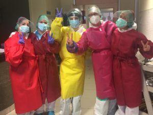 Las costureras voluntarias de Cuenca han confeccionado más de 3.000 batas para el hospital y otros centros
