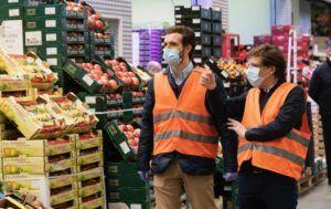 Casado exige desde Mercamadrid que los trabajadores de sectores esenciales cobren su sueldo bruto