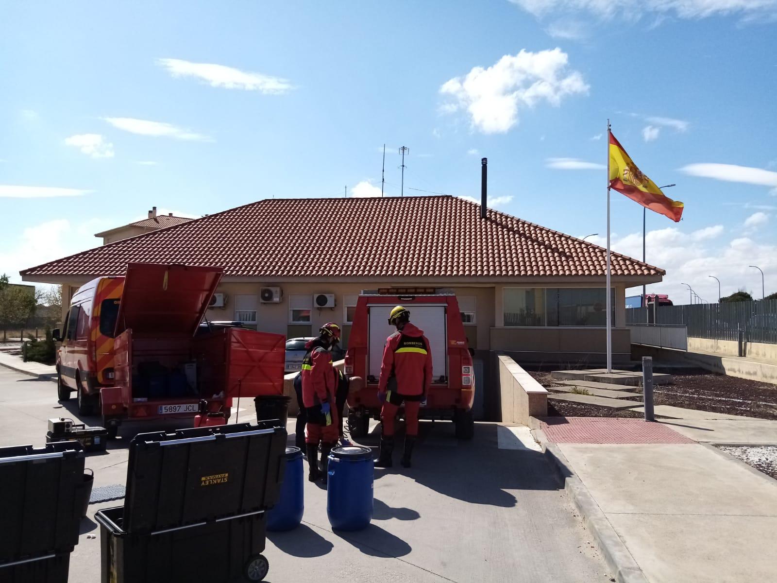 Los bomberos de la Diputación de Cuenca desinfectan cuarteles de la Guardia Civil de la provincia