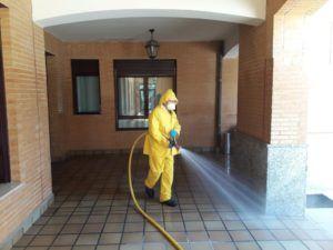 La estrecha colaboración entre el Ayuntamiento y la Junta de Comunidades permite seguir complementando la desinfección en lugares específicos de la ciudad
