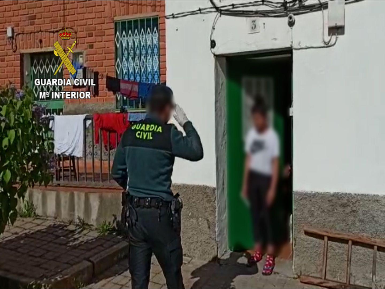 La Guardia Civil distribuye material informático a alumnos del instituto de Yunquera de Henares para que puedan seguir las clases desde sus domicilios
