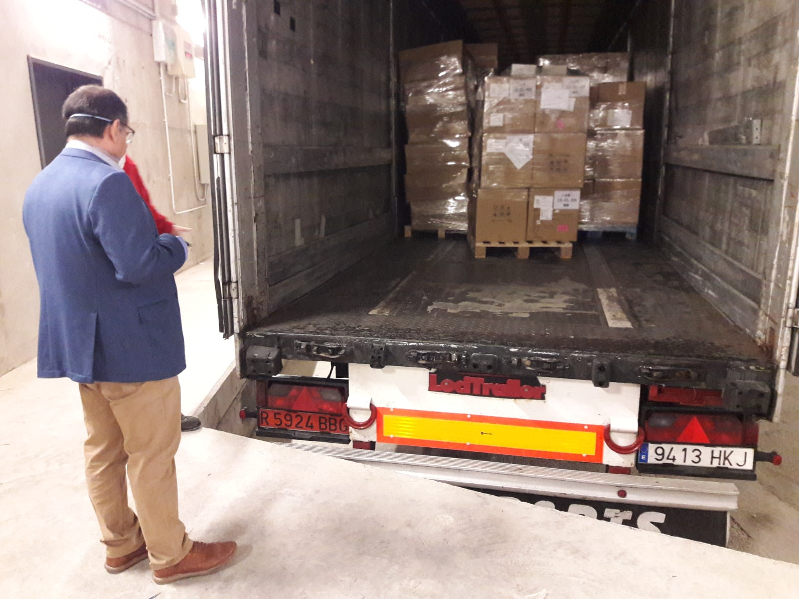 Castilla-La Mancha ha recibido hoy material enviado por el Ministerio de Sanidad que contiene mascarillas, ventiladores y batas de protección