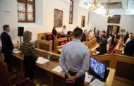 El Pleno recuerda a las víctimas de la Covid-19 y la alcaldesa avanza un acto de izado de banderas a media asta en señal de luto