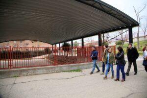 La alcaldesa visita la nueva cubierta de la pista deportiva del Colegio 'Ángel del Alcázar' con una inversión de 140.000 euros