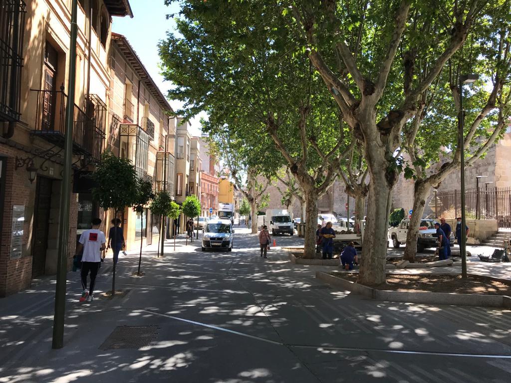 El Ayuntamiento de Taavera adecúa la calle Corredera para favorecer sinergias entre la movilidad peatonal y la actividad del comercio local