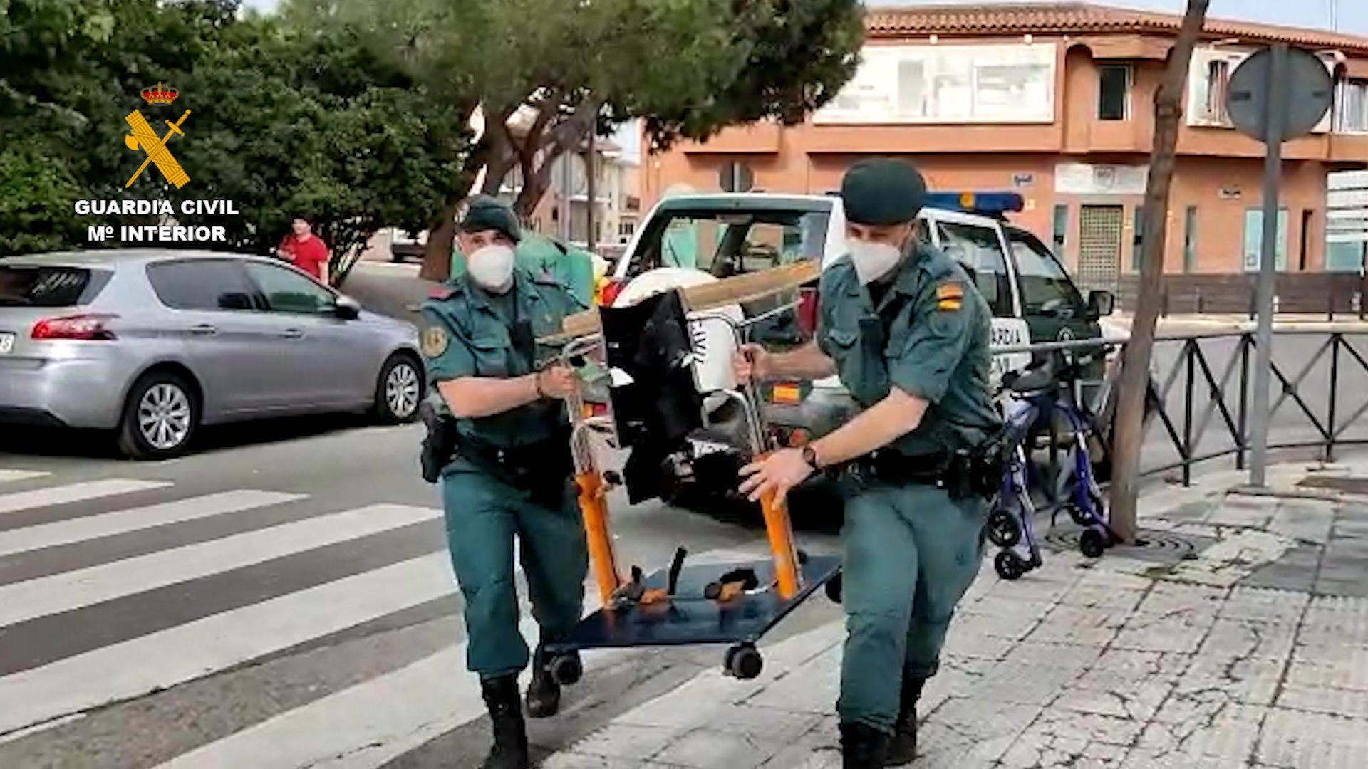 La Guardia Civil entrega material de rehabilitación material escolar en diversos núcleos rurales
