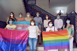 El Ayuntamiento de Talavera da visibilidad a las mujeres LGTBI+ con la colocación de una pancarta en el balcón 'noble' y la iluminación de los puentes de La Alameda