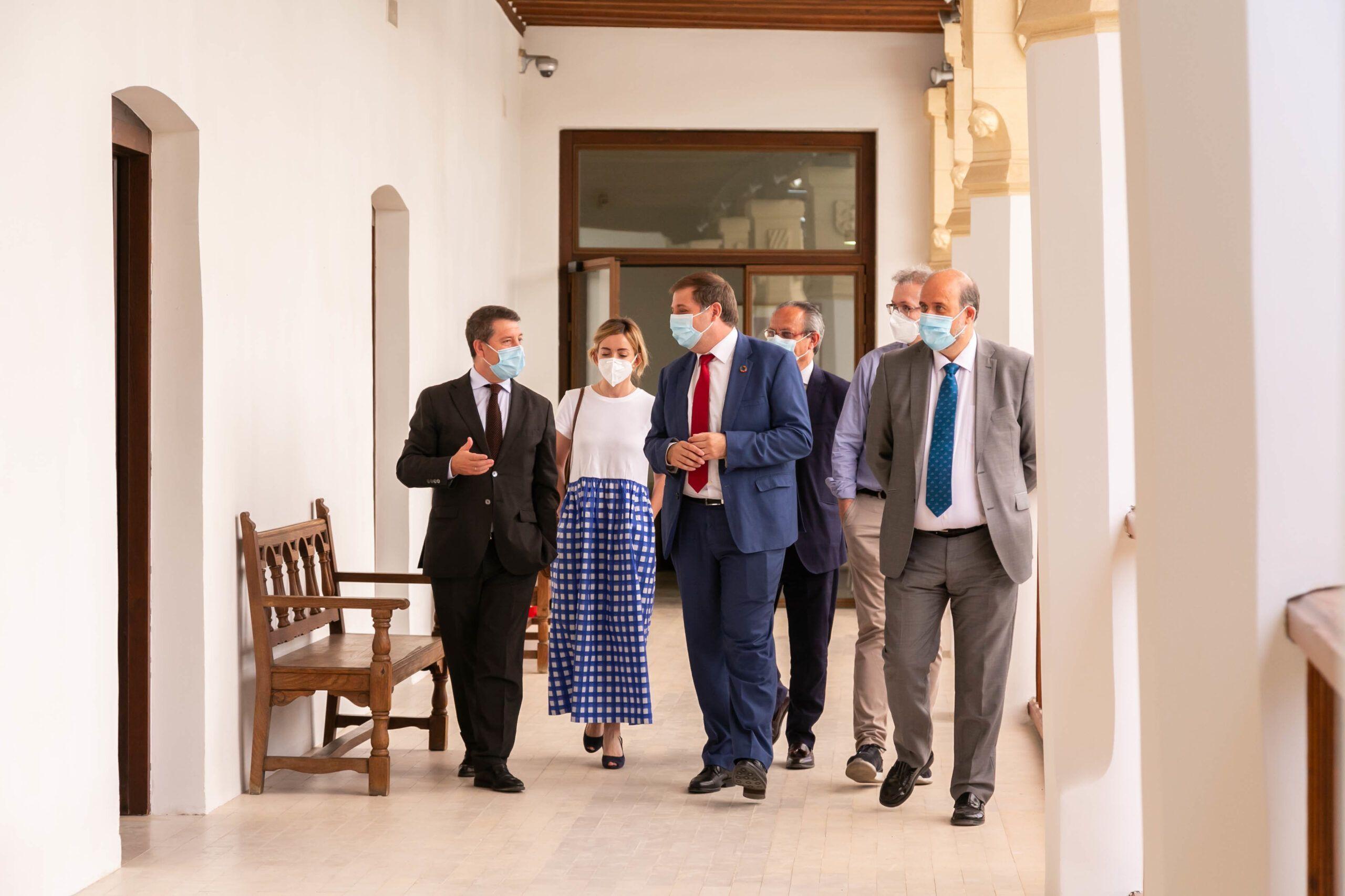 """García-Page agradece a Correos su """"trabajo espectacular y pegado al terreno"""" en la distribución gratuita de cinco millones de mascarillas en pleno estado de alarma"""