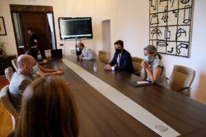 Tolón recibe al alcalde de Granada y destaca la contribución de estas ciudades a la historia de España y la colaboración institucional