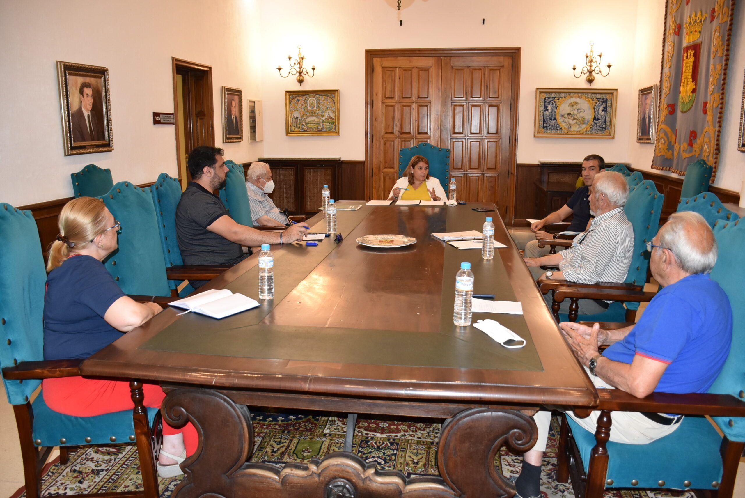 La alcaldesa se reúne con la Mesa por la Recuperación de Talavera para acercarles las medidas contempladas en el Plan de Reactivación Económica y Social