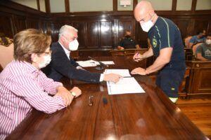 Vega firma con los bomberos del CEIS un acuerdo laboral que llevaban reclamando quince años
