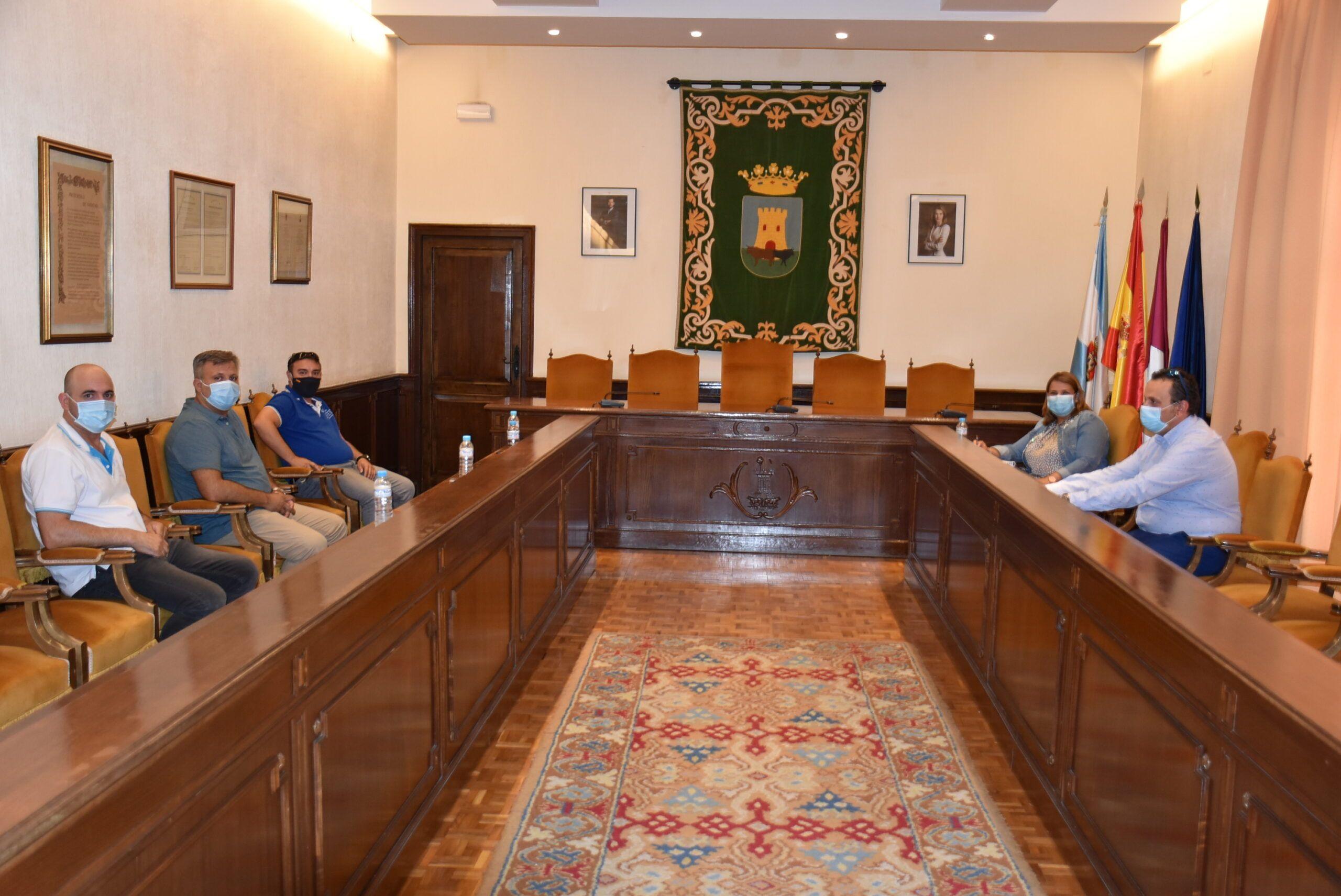 El Ayuntamiento y el colectivo de taxistas de Talavera ponen en común las demandas del sector para mejorar las condiciones de los trabajadores y el servicio a usuarios