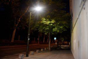 El Ayuntamiento coloca brazos LED en las farolas de la calle Capitán Cortés para mejorar la iluminación nocturna de la zona