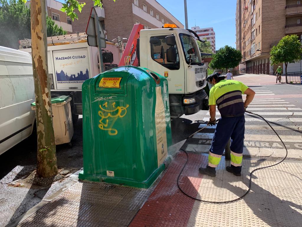 El Ayuntamiento continúa con la desinfección en las vías públicas, mobiliario urbano y en los colegios de Talavera