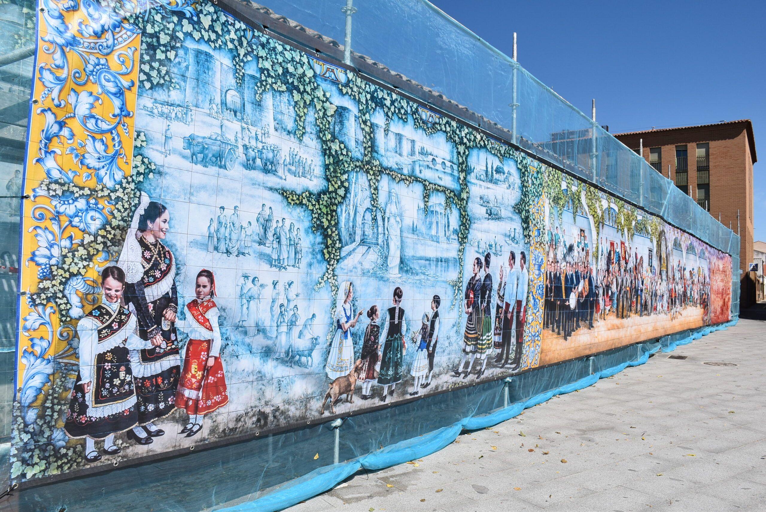 El mural de la calle San Clemente se cubre con carácter preventivo mostrando la imagen habitual mientras se acomete su reparación