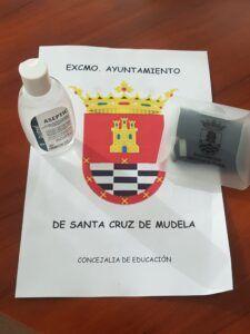 El Ayuntamiento de Santa Cruz de Mudela reparte un kit 'anticovid' a los alumnos de los tres centros educativos de la localidad