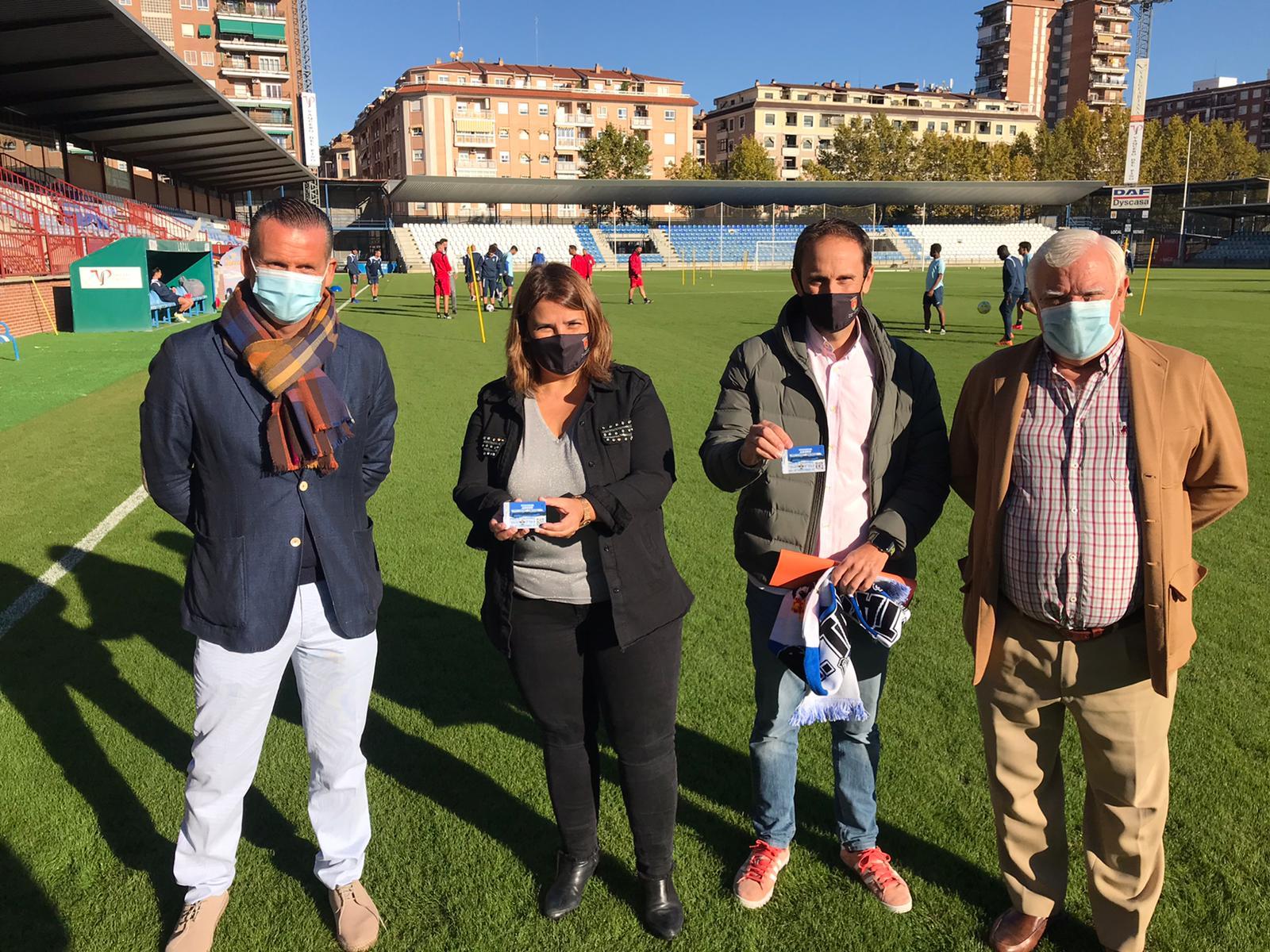 La alcaldesa y el concejal de Deporte en Igualdad adquieren sus carnés de socios para arropar al CF Talavera en la presente temporada