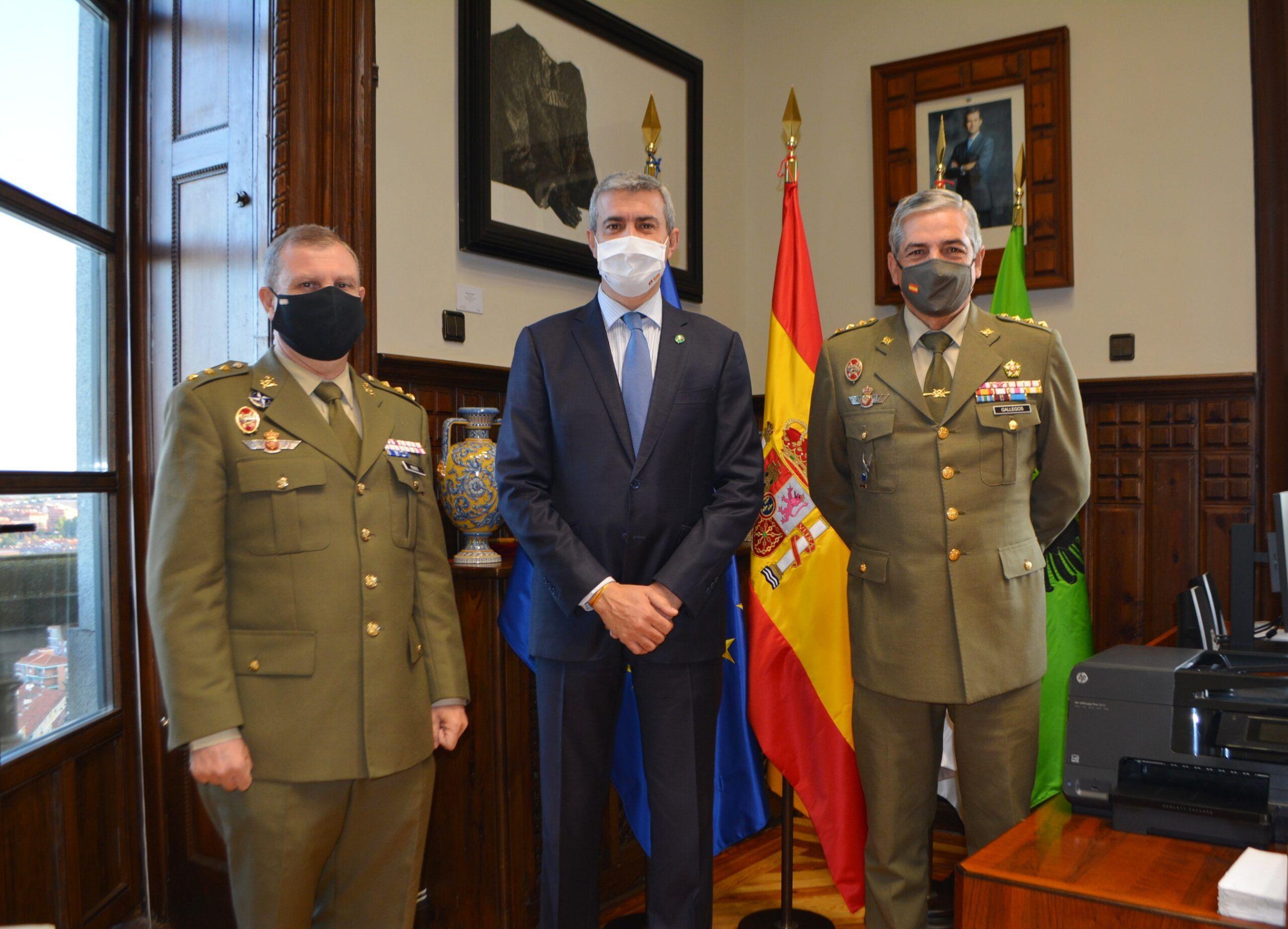 Álvaro Gutiérrez y el nuevo delegado de Defensa en la región defienden la colaboración conjunta