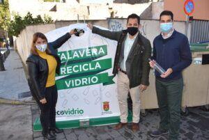 La alcaldesa presenta el nuevo programa para fomentar el reciclaje de vidrio y potenciar la economía circular y, además, ahorrando a las arcas municipales