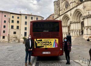 El Ayuntamiento y la Asociación de Comercio animan a comprar en Cuenca con una campaña en el autobús urbano