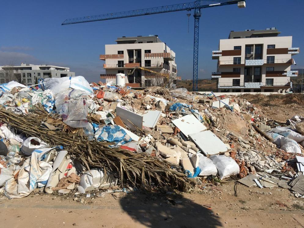 """El Ayuntamiento acaba con las """"escombreras"""" en las que se habían convertido varias parcelas municipales de la ampliación de Aguas Vivas"""