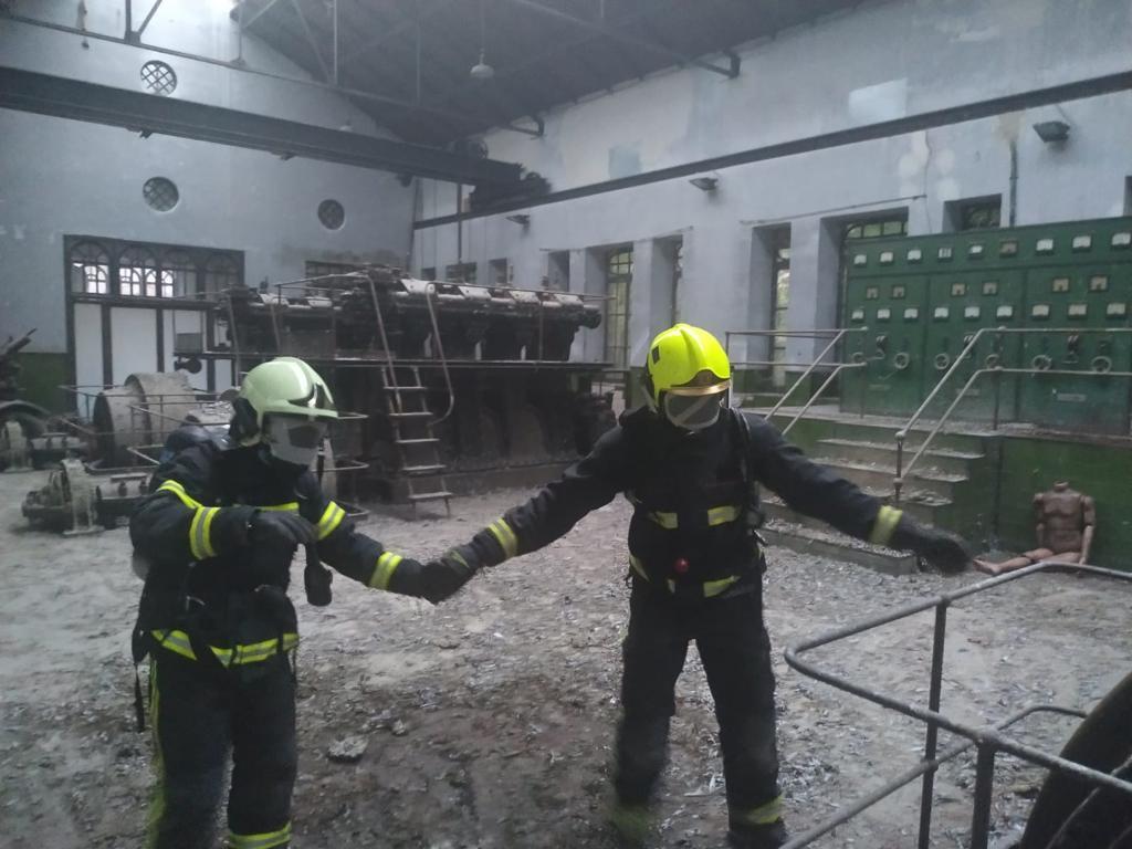 Una veintena de bomberos de la región se forman en orientación, movilidad y rescate de víctimas en condiciones de baja o nula visibilidad