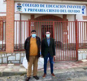 Fernando Muñoz conoce las obras de mejora y rehabilitación del colegio y cementerio de Chueca
