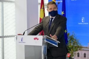 El presidente de Castilla-La Mancha ve en la Constitución española una invitación a seguir acordando contra extremismos y frentismos