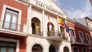 El alcalde de Valdepeñas argumenta en un bando la necesidad de una ordenanza de vados, que había sido eliminada