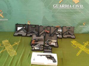 La Guardia Civil interviene más de 100 armas, 12 de ellas prohibidas y desmantela un taller clandestino