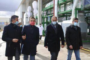 El Gobierno regional arropa a la mayor procesadora de pistacho ecológico propio de toda España, ubicada en Villacañas