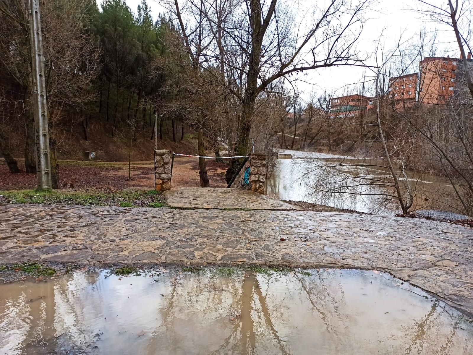 El Ayuntamiento cierra los accesos al paseo fluvial y pide a la ciudadanía que evite transitar por parques, jardines y zonas arboladas