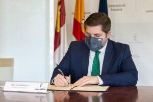 El Gobierno regional firma el nuevo contrato de mantenimiento de hitos y marquesinas con una inversión cercana a los 900.000 euros
