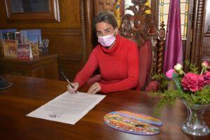 La alcaldesa firma un Bando dirigido a las niñas y niños de Toledo con motivo de la visita de los Reyes Magos
