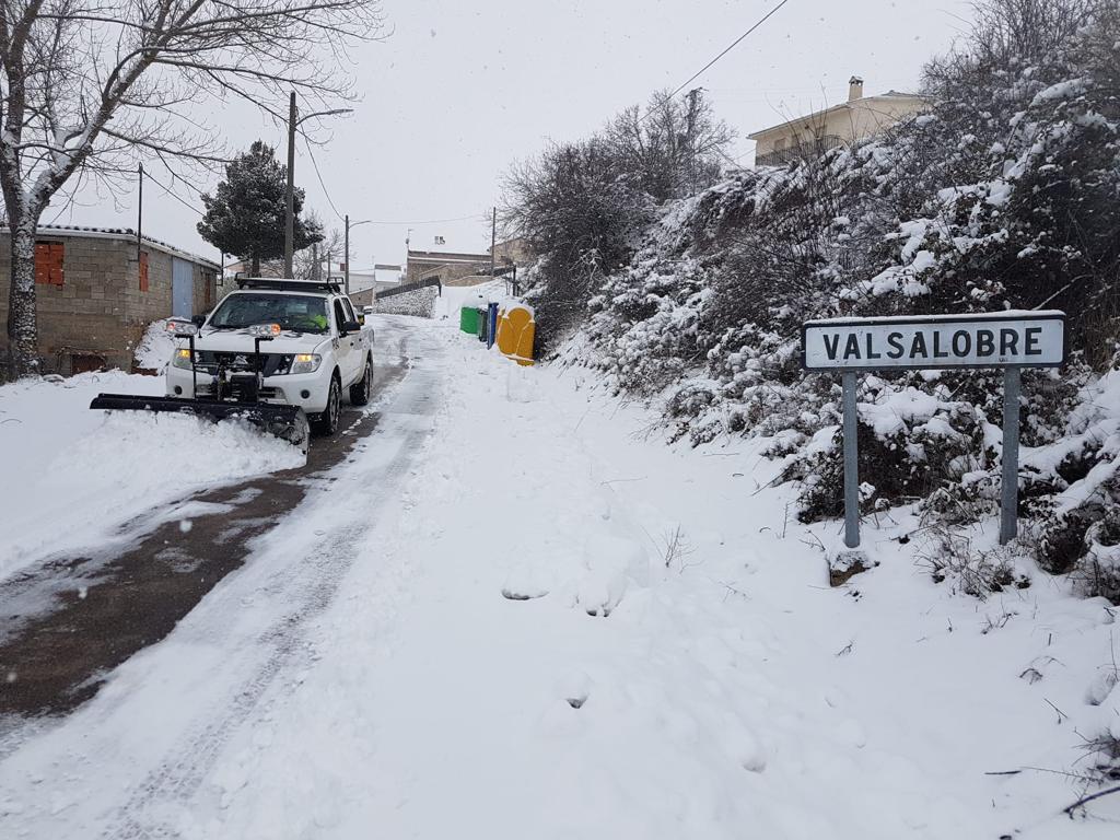 La Diputación en colaboración con GEACAM, empresa pública del Gobierno regional, limpia la nieve en la Serranía y la Alcarria
