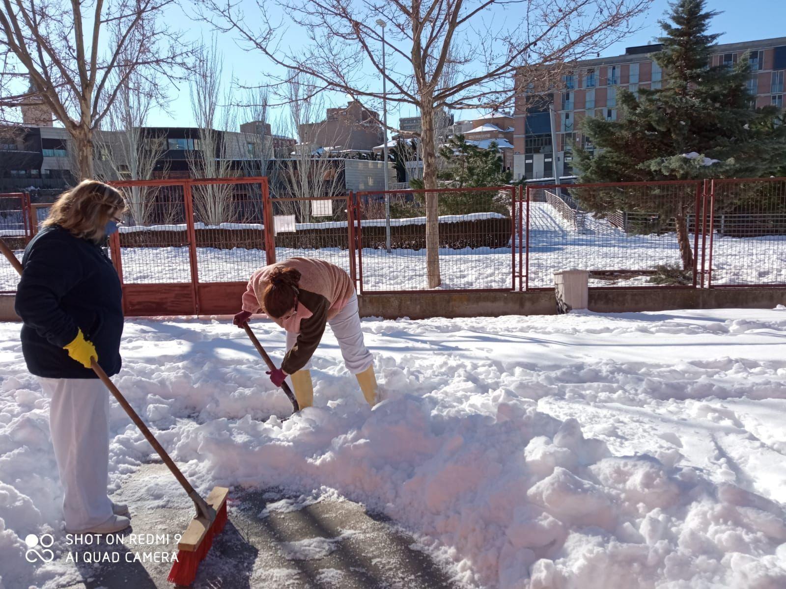 El operativo contra la nieve y el hielo se centra en el interior de los colegios con 50 operarios y 4 máquinas