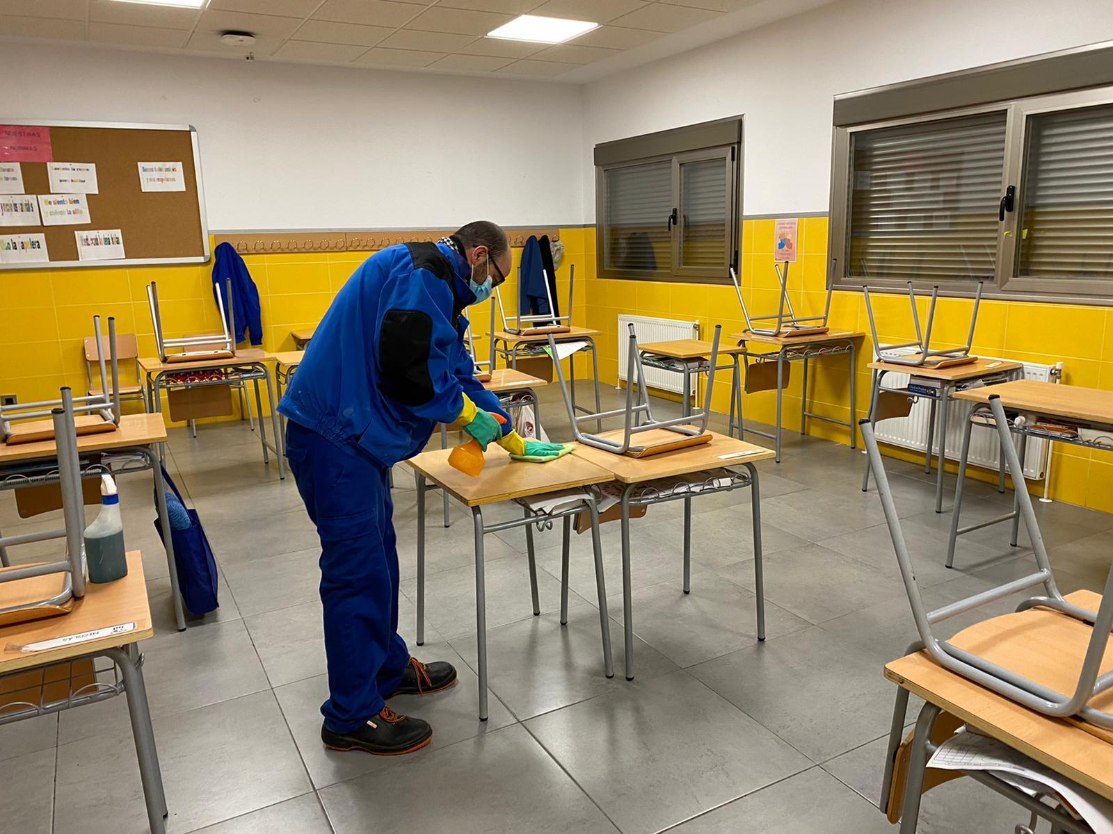 El Ayuntamiento trabaja en las tareas de puesta a punto de los colegios con el esparcimiento de sal, la revisión de las instalaciones o la desinfección de las aulas