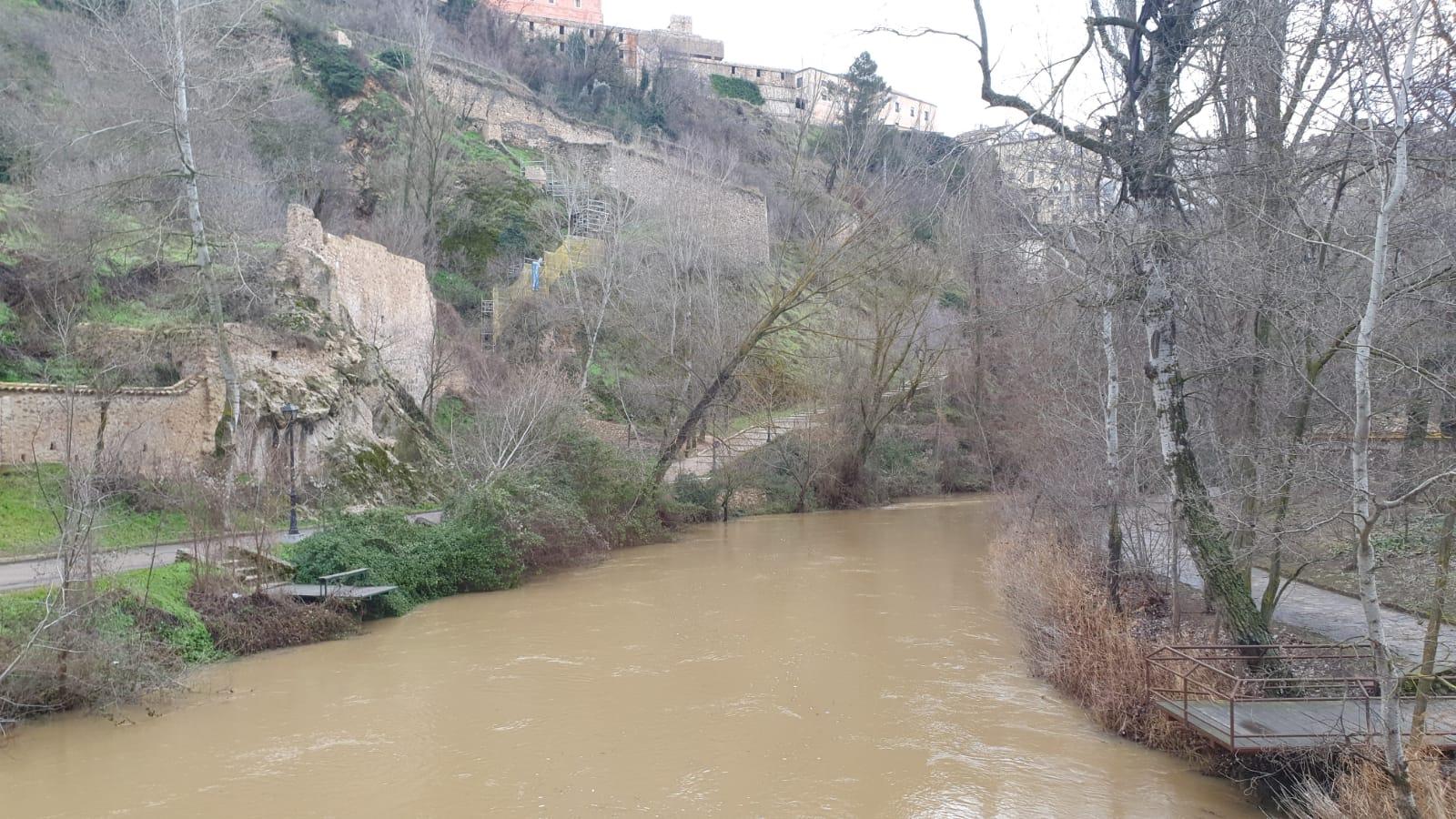 El Ayuntamiento mantiene cerrados los accesos a los ríos y pide precaución ante el crecimiento de su caudal