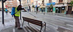 Continúa la desinfección en los barrios de la ciudad con especial incidencia en mobiliario urbano, elementos viarios y accesos a negocios de servicios esenciales