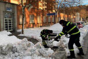 """El Ejército tiene a 1.500 militares trabajando con """"pico y pala"""" para quitar la nieve"""