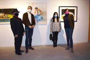 """Álvaro Gutiérrez visita en San Clemente la muestra artística """"Arte sin fronteras"""", que reúne a 56 artistas de todo el mundo"""