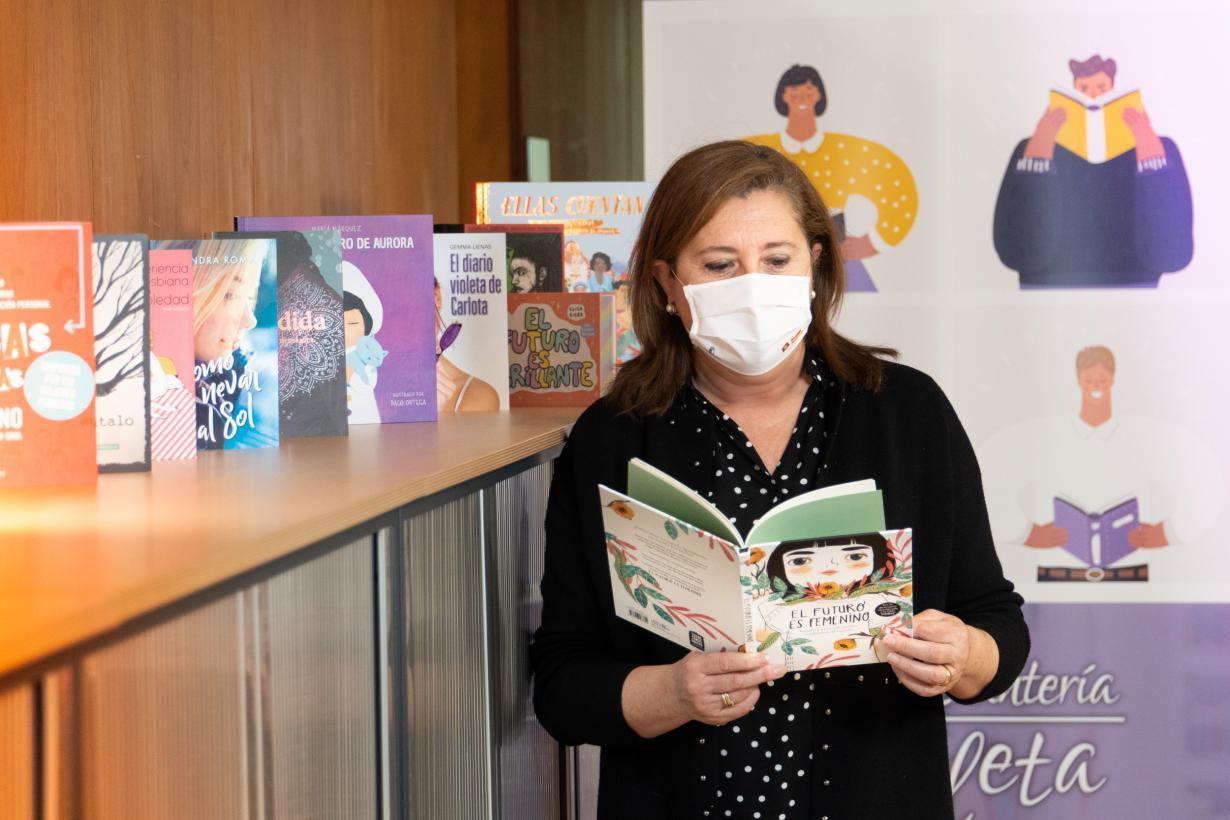 Un total de 225 bibliotecas públicas de la región van a poner en marcha la 'Estantería Violeta Juvenil' para concienciar en materia de igualdad de género