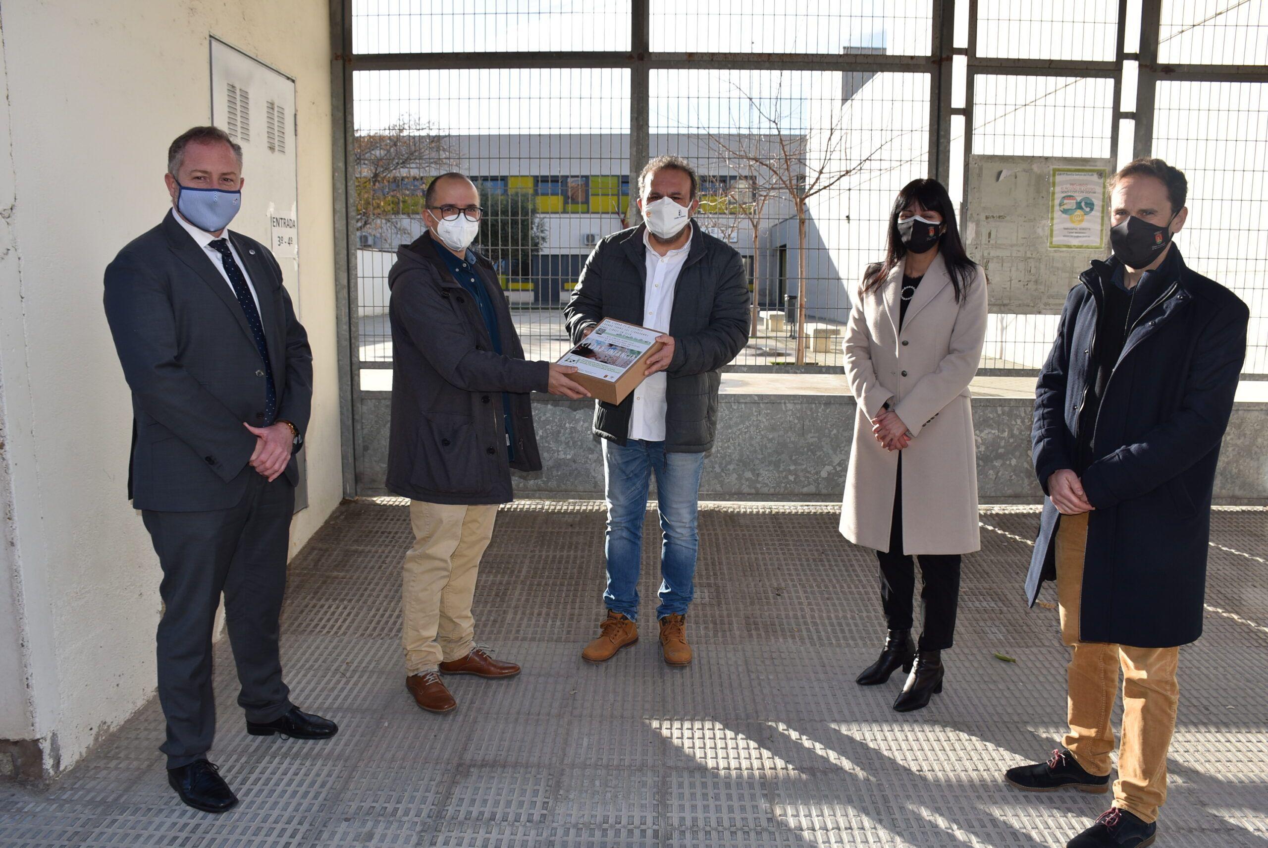 El Ayuntamiento reparte a los colegios los kits lúdico-didácticos para involucrar a los escolares en el Plan integral y universal de Accesibilidad de Talavera