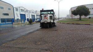 El Ayuntamiento de Talavera acondiciona y recupera la imagen de las calles del Polígono de Torrehierro con la retirada de vegetación y unas 20 toneladas de arena