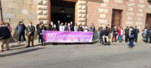 Las víctimas de violencia de género durante el confinamiento son recordadas en el minuto de silencio a las puertas del Ayuntamiento
