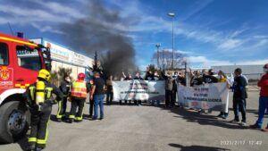 Los trabajadores de Siemens Gamesa levantan una gran hoguera a las puertas de su factoría en Cuenca