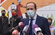 El alcalde felicita al Comité Paralímpico Español en su 25 aniversario, que hoy hace parada en la ciudad con un autobús promocional